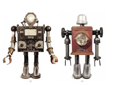 Dos robots hechos con partes de radio viejas