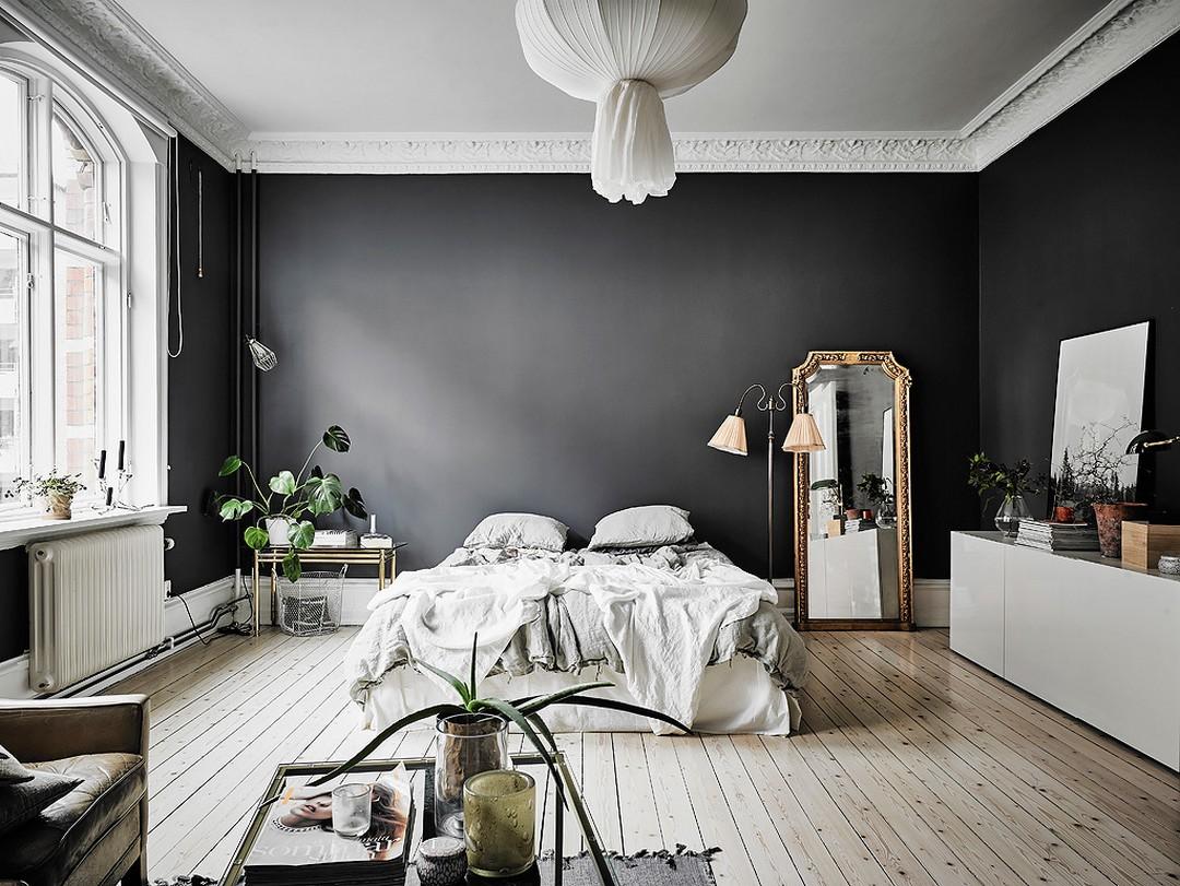 Découvrir l'endroit du décor : murs noirs et papier peint