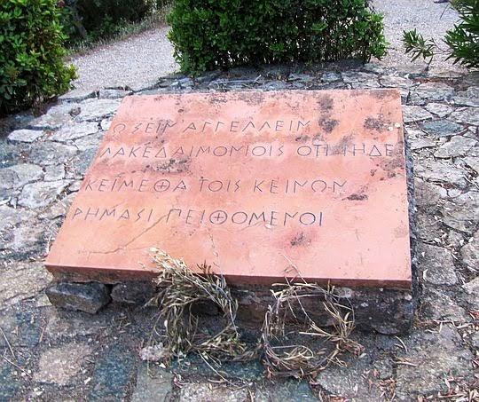 Tablica na wzgórku Kolonos.