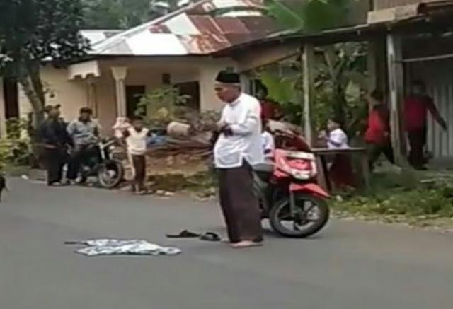 Seorang Pria Sholat di Jalan Raya Bikin Heboh Para Pengendara