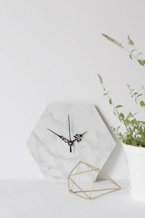 reloj geométrico diy con cinta adhesiva mármol