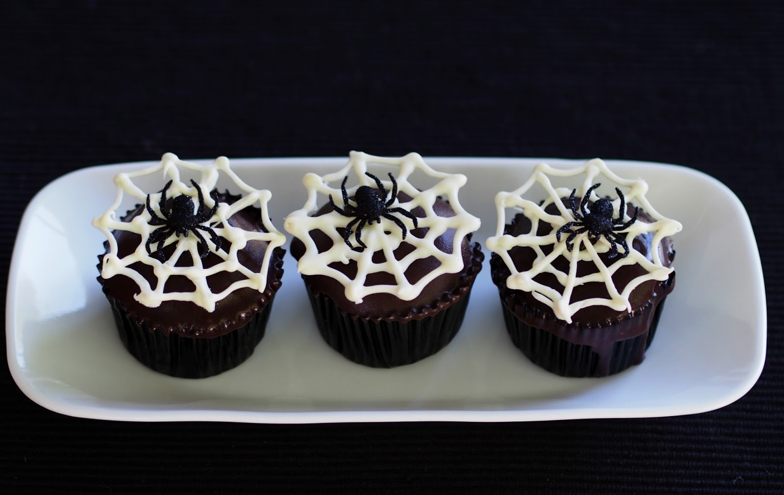 How to Make a Creepy Halloween Spider Cupcakes & Halloween ...