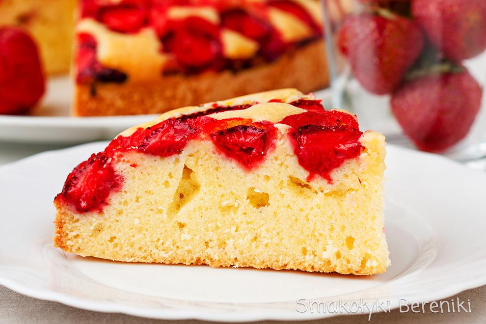 ciasto ucierane z sezonowymi owocami