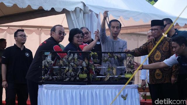 Presiden Jokowi lepas bebas burung dari sangkarnya.