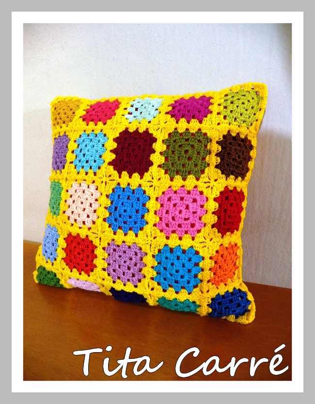 Almofada Squares Coloridos com fundo amarelo