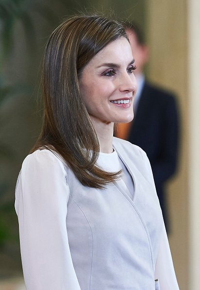 Queen Letizia wore BOSS Stiola waistcoat and Setenta skirt and MAGRIT Snake Printed Pumps, diamond earring mother day gift