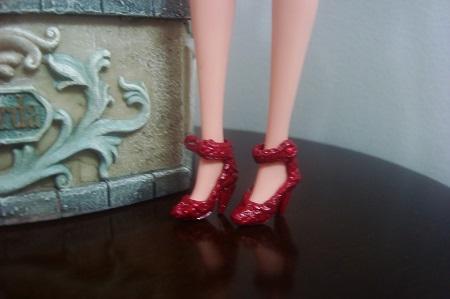 Barbie com sapatinhos vermelhos de verniz em crochê  criados por Pecunia MM