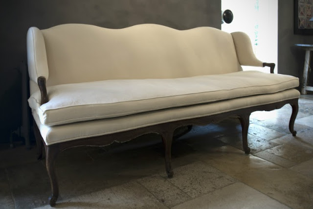 upholstered settee via Antique Amber (be) as seen on linenandlavender.net - http://www.linenandlavender.net/2013/07/source-sharing-more-to-love-from-antiek.html