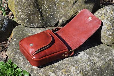 Borsello in vacchetta toscana con tasca anteriore con zip e tasca interna