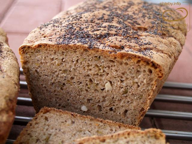 Pszenno-żytni chleb na zakwasie z cebulą i natką pietruszki