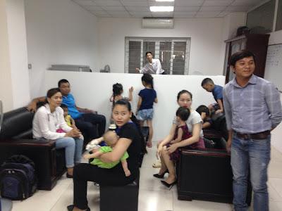 Chủ các căn hộ đến từ rất sớm để được đến lượt ký hợp đồng công chứng