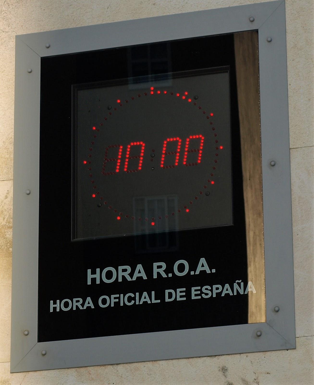 3a1ccfc90d2 À porta do complexo do Observatório de Marinha de Espanha. O relógio  marcava as 10h00 exactas.