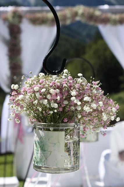 Trauung unter freiem Himmel - Schleierkraut-Wolken in rosa und weiß - Sommerhochzeit in Bayern, Garmisch-Partenkirchen, Riessersee Hotel, Hochzeitshotel, Babies breath wedding