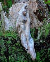figura tallada en arbol