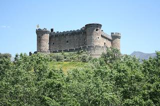 Mombeltrán o castillo de los duques de Alburquerque en moto