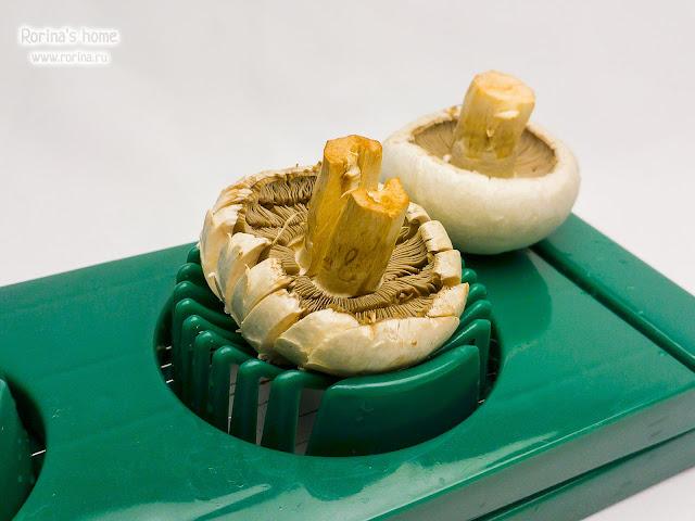 Порезать грибы яйцерезкой