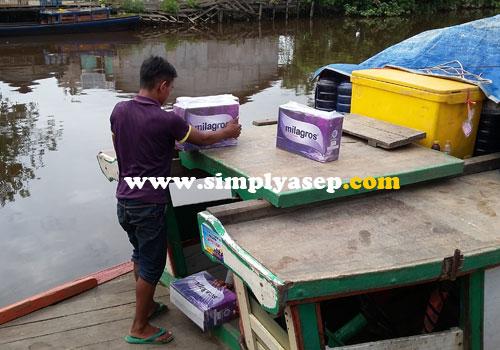 MUAT :  Begitu sampai di pelabuhan, barang barang pun dimuat ke dalam.  Ongkos per penumoangnya 30 ribu rupiah sudah termasuk motor.  Foto Asep Haryono