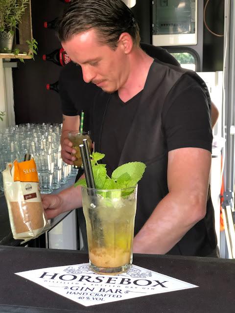 Barkeeper Peter Laffin, Horsebox-Bar, Bayern, pop-up Bar, mobile Bar, Deutschland, Gin-Bar, Bar im Pferdehänger, Garmisch-Partenkirchen, Hochzeit, Events, Geburtstag, Feiern, Party-Bar, Bar mieten, Gin Tonic, Garmisch-Partenkirchen, Murnau, München, Bar im Pferdeanhänger