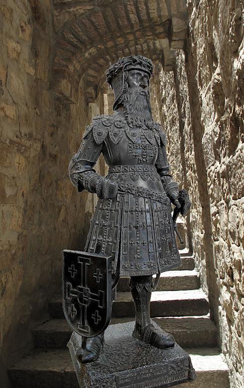 Cluny teve influência determinante no ideal do guerreiro cristão. Estátua de Godofredo de Bouillon. Fundo: uma ruela de Jerusalém.