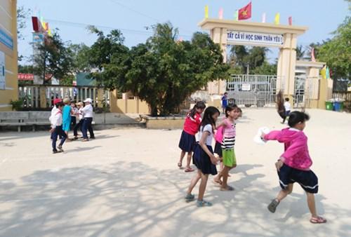 Thú vị hình ảnh nữ PV Báo ANTĐ chơi trò mèo đuổi chuột cùng học sinh đảo Lý Sơn - Hình 6