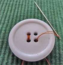 Botón de 4 agujeros a medio coser