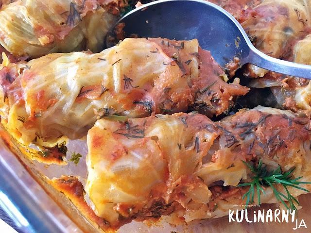 Gołąbki z kaszą jaglaną i pieczarkami w sosie pomidorowym