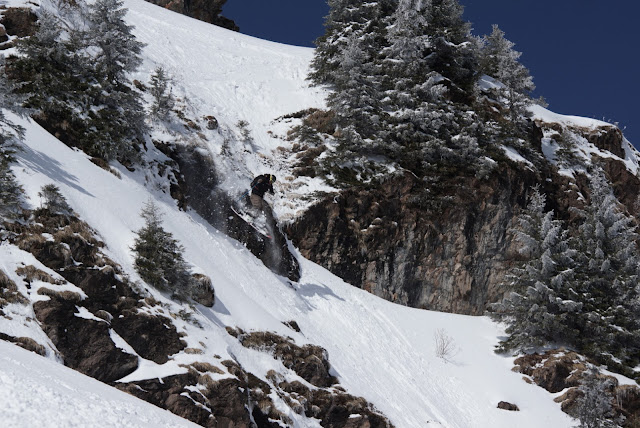Alpines Skifahren in steilem Gelände
