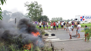 BR-230 continua interditada por protesto; Dnit se reúne com manifestantes
