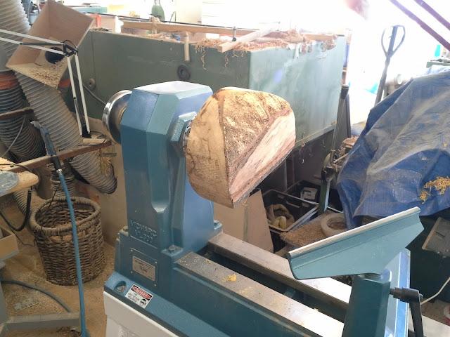 Débitage du saladier et montage sur le tour à bois