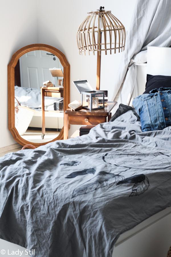 DIY bettwäsche mit Traumfänger Motiv, Einblick ins Schlafzimmer mit Holzspiegel und Holzstehlampe