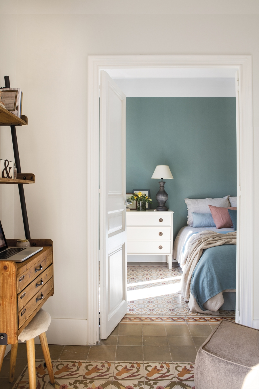 Przytulny apartament z dodatkami w stylu vintage - wystrój wnętrz, wnętrza, urządzanie mieszkania, dom, home decor, dekoracje, aranżacje, styl vintage, vintage, małe mieszkania, jasne wnętrza, drewno, sypialnia, bedroom