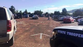 Según consignaron medios locales, la Policía trabaja en el lugar de los hechos y el colegio permanece cerrado, al igual que todos centros educativos de la zona.