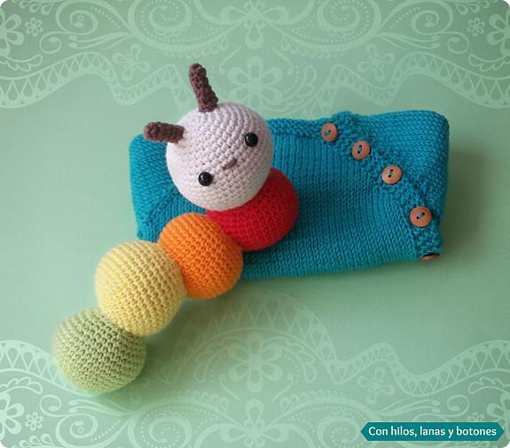 Con hilos, lanas y botones: amigurmi gusano colorín