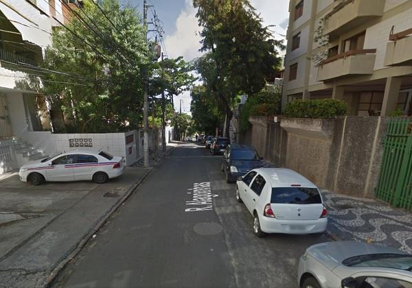 Marginais tomam carro de assalto e  atingem  jornalista com tiro no pescoço na Rua Alagoinhas