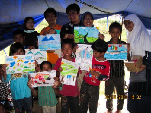 bermain dan belajar bersama di dalam tenda pengungsian