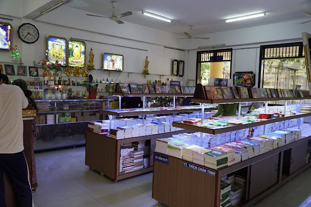 Bên trong nơi bán của chùa là như thế này đây