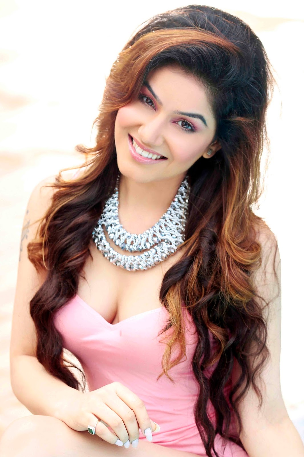 Kangna Sharma smile, Kangna Sharma in pink dress,