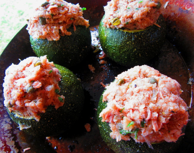 Round zucchinis stuffed with tuna by Laka kuharica: fill each zucchini with the prepared mixture.