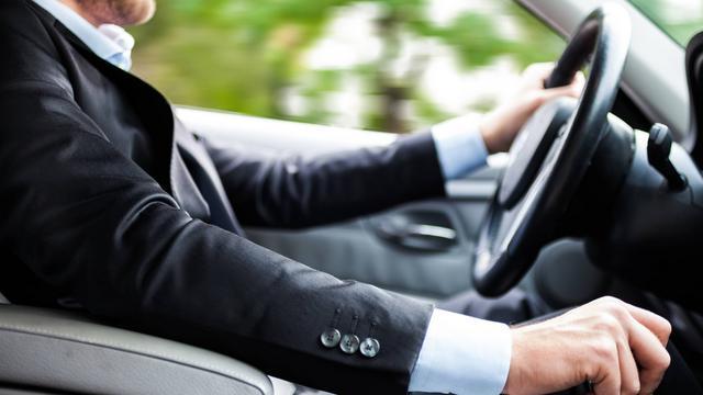 5 Kebiasaan Salah Saat Menyetir Mobil yang Sering Dilakukan