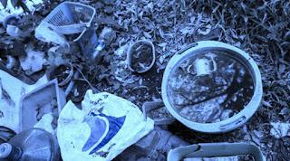 Ocho personas con dengue en 100 metros. Ayer, los vecinos de las casas bajas de Monasterio, entre Aristóbulo del Valle y las vías, en Vicente López, estaban inquietos por la llegada del virus a la cuadra. Otros, a pocos metros, no salían de su asombro. Por la mañana, habían visto un operativo de fumigación y policías en esas casas, pero no sabían más.