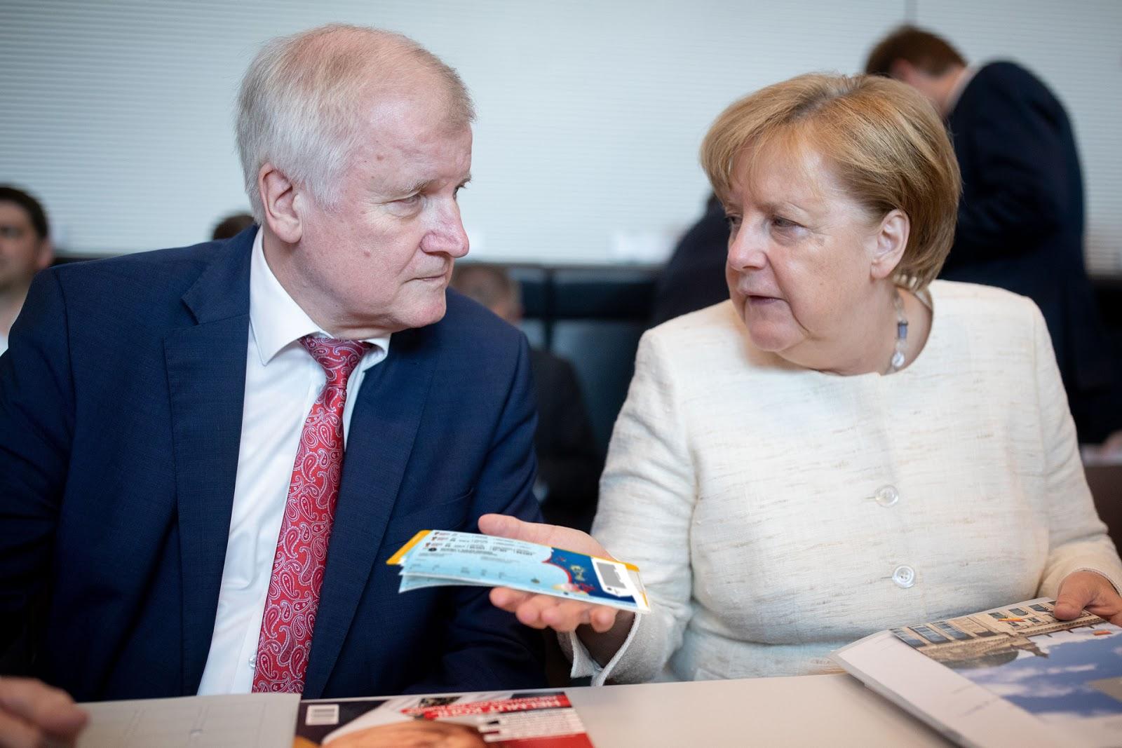 [Obrazek: Merkel_Seehofer_WM_Tickets.jpg]