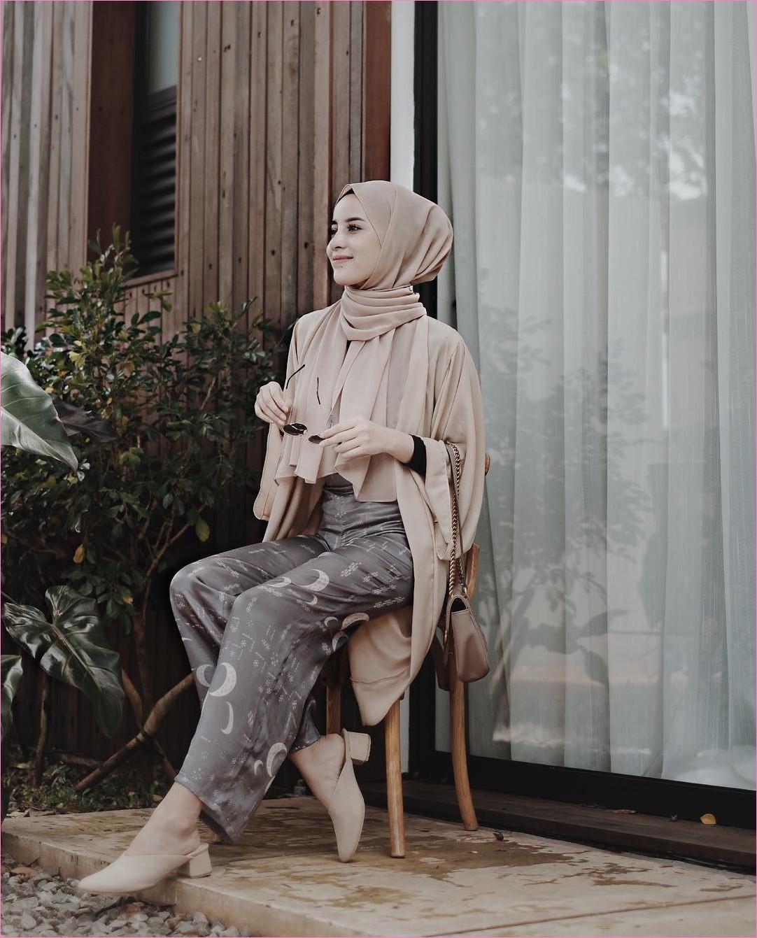 Outfit Kerudung Pashmina Ala Selebgram 2018 hijab pashmina diamond ciput rajut outer blouse high heels loafers and slip ons krem mangset hitam celana kulot pallazo coklat kacamata bulat ootd hijabers kekinian trendy hotel