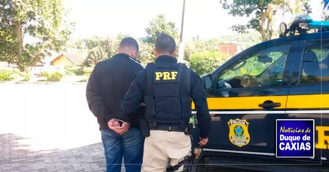 Jovem é preso após ser flagrado com carro clonado com placa de Duque de Caxias
