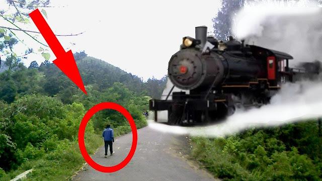 VIDEO: Aneh Bin Ajaib! Kereta Misterius Melaju Tanpa Rel Tiba-Tiba Muncul di Jalanan