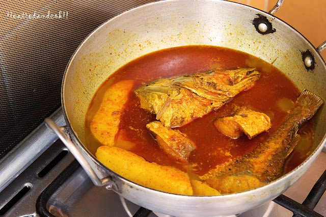 how to cook kalo jeera die macher jhal recipe / bengali spicy fish curry with nigella seeds recipe with step by step pictures
