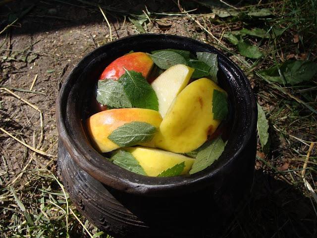Homemade tymbark jabłko-mięta w ceramicznym pojemniku, rekonstrukcji wczesnośredniowiecznego naczynia