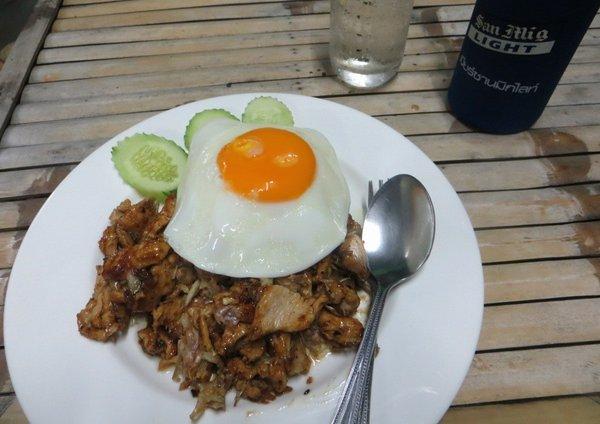 Вареный рис с курицей и яйцом в Таиланде