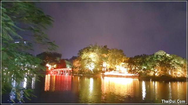 sắc màu lung linh của hồ Gươm về đêm