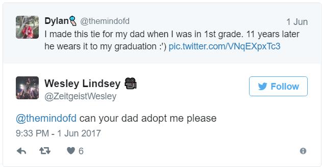 Su hijo le hizo esta corbata en primer grado; este padre orgulloso la porta en su graduación