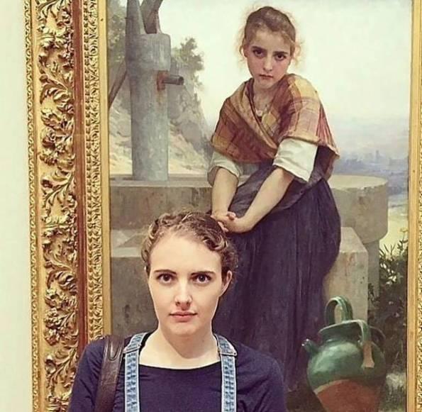 Orang Beneran Yang Mirip Wanita Lukisan di Suatu Musium